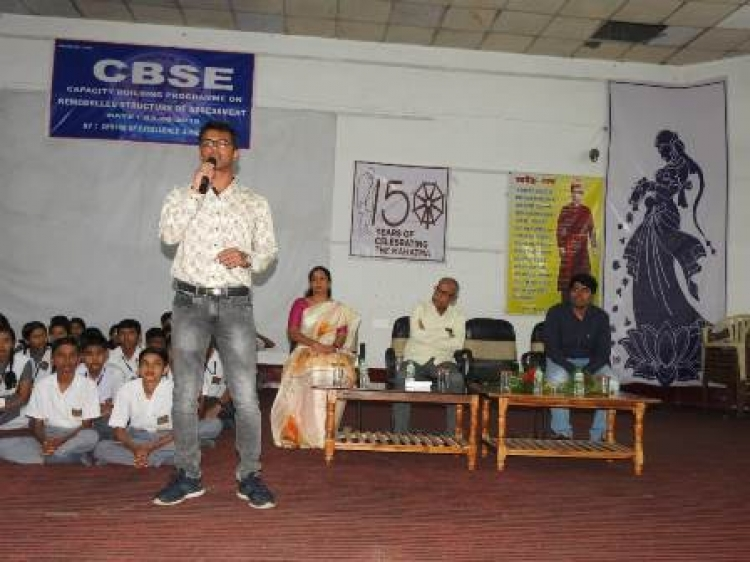 Alumnus addressed to students on career counselling